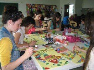 Alumnas pintando en el aula de Plástica.