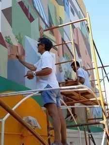 Concha Daud y Mario Serrano pintando un mural.