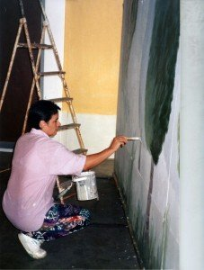 Concha Daud pintando unos decorados de teatro.